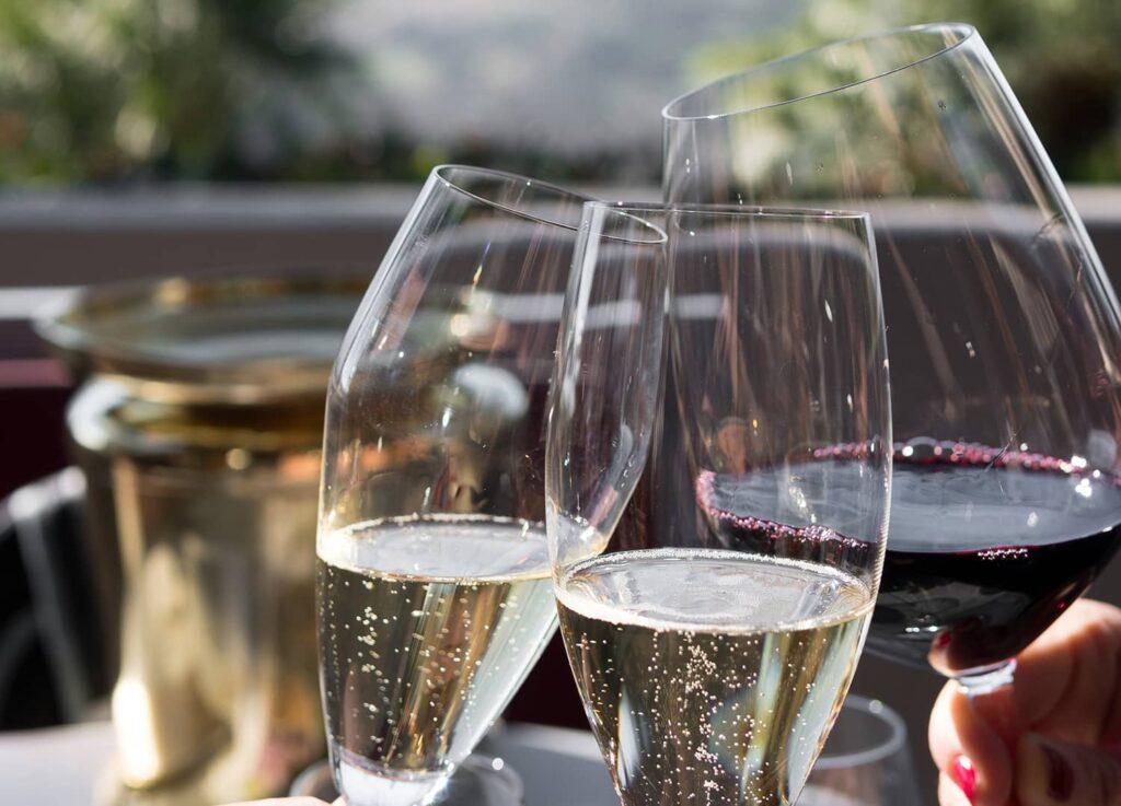 Tre glas med mousserende og rødvin fra Winedrop